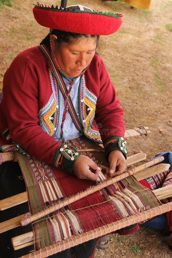Une femme p?ruvienne dans l'habillement traditionnel photographie stock libre de droits