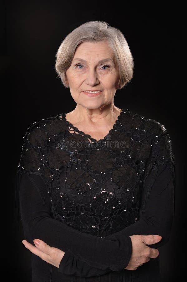 Une femme plus âgée dans la robe élégante photographie stock libre de droits