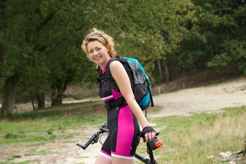 Download Une Femme Plus âgée Souriant Avec La Bicyclette Image stock - Image du passe, loisirs: 45356079