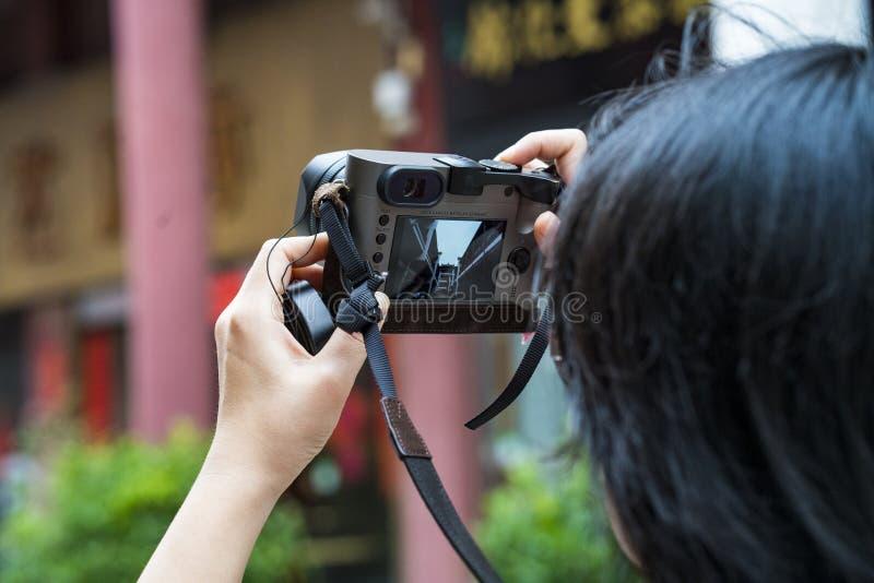 Une femme prend des photos au palais de Wenbo images stock