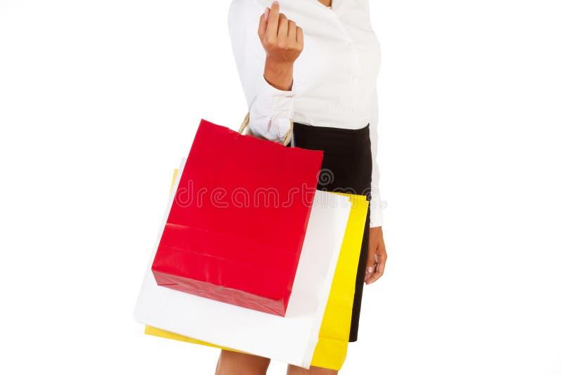 Une femme prennent des sacs à provisions images libres de droits