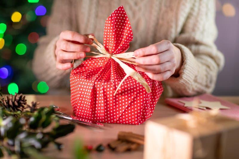 Une Femme Qui Envie D'Un Cadeau De Noël Dans Un Vêtement Durable Éco-Réutilisable photographie stock
