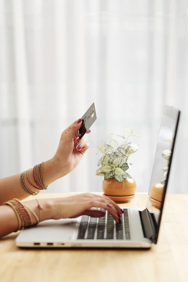 Une femme qui fait des achats en ligne photo libre de droits