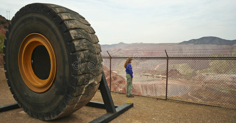 Une femme regarde fixement la mine de Morenci images libres de droits