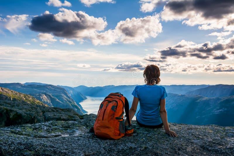 Une femme s'assied au bord de la falaise sur le chemin au rocher K photographie stock libre de droits
