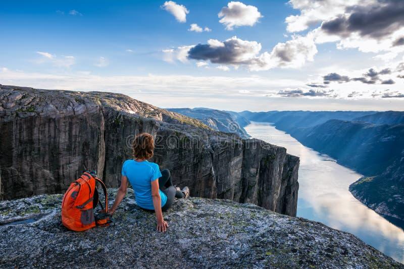 Une femme s'assied au bord de la falaise sur le chemin au rocher K photo stock