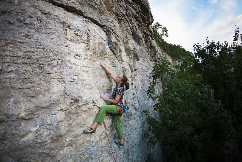 Une femme s'exerce en nature photos stock