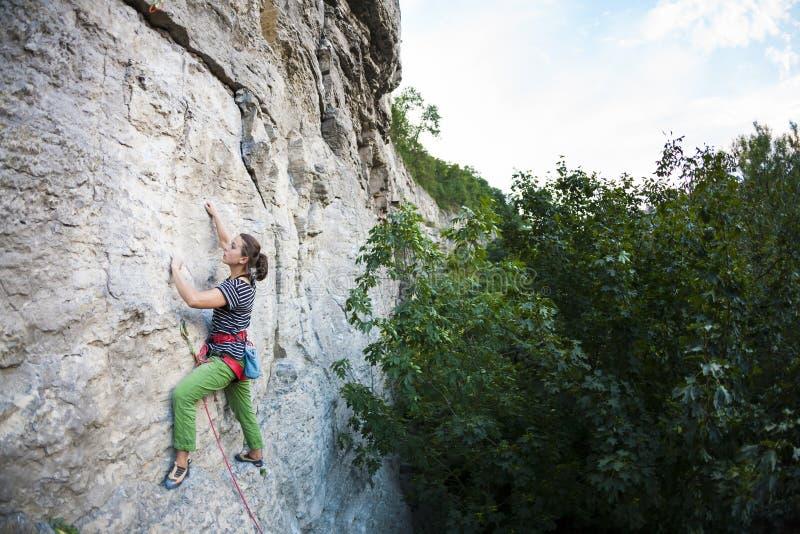 Une femme s'exerce en nature photos libres de droits