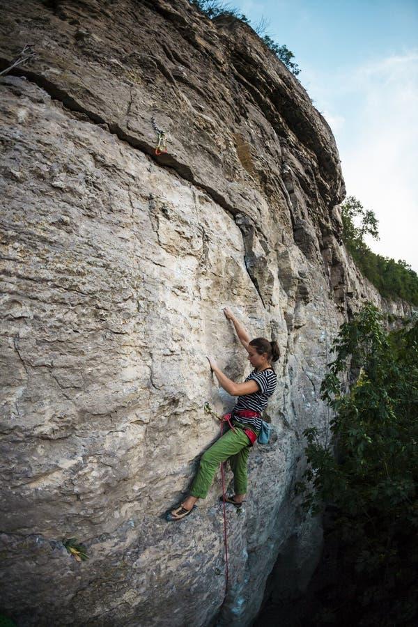 Une femme s'exerce en nature photographie stock libre de droits