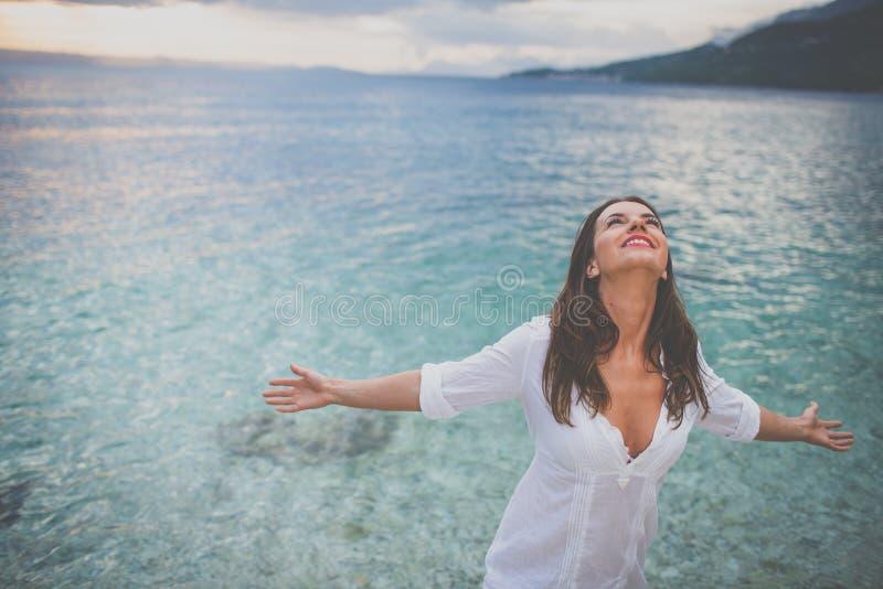 Une femme se reposant à la plage image libre de droits