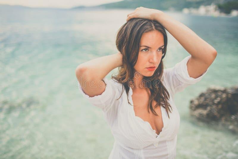 Une femme se reposant à la plage image stock