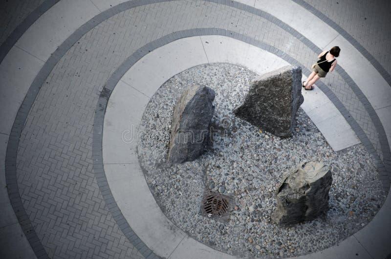 Download Une Femme Se Tient Sur Une Spirale Image stock - Image du émotif, trottoir: 87705511