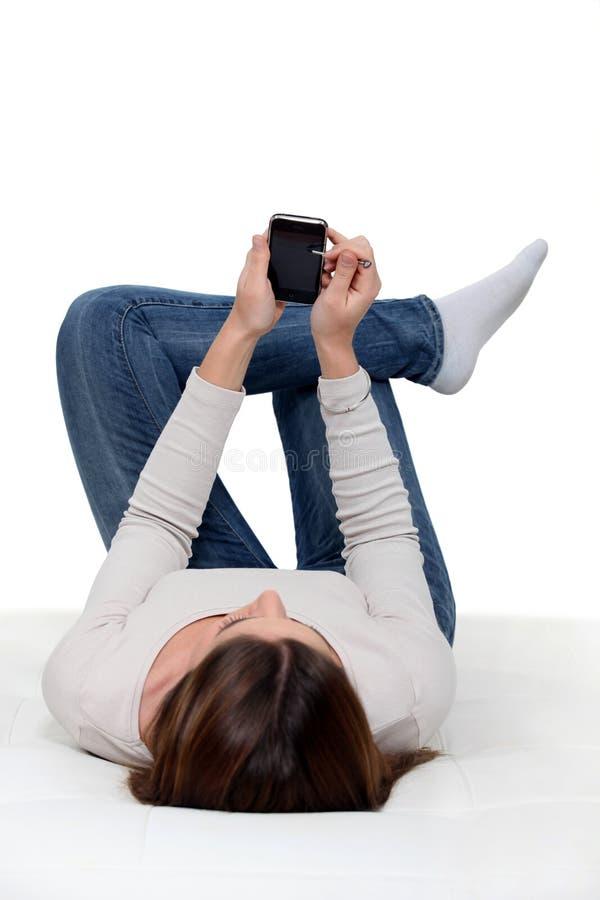 Femme vérifiant son téléphone. photo libre de droits