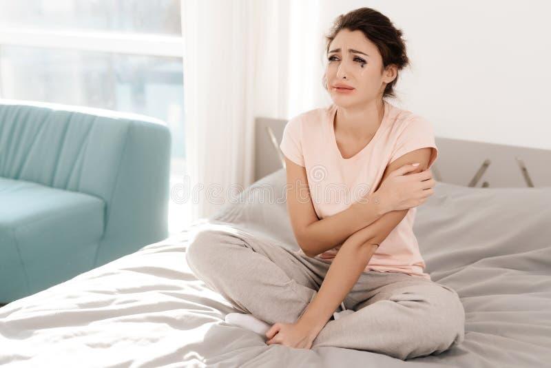 une femme seule seul pleure son mascara a coul elle s 39 assied sur un lit dans une salle. Black Bedroom Furniture Sets. Home Design Ideas