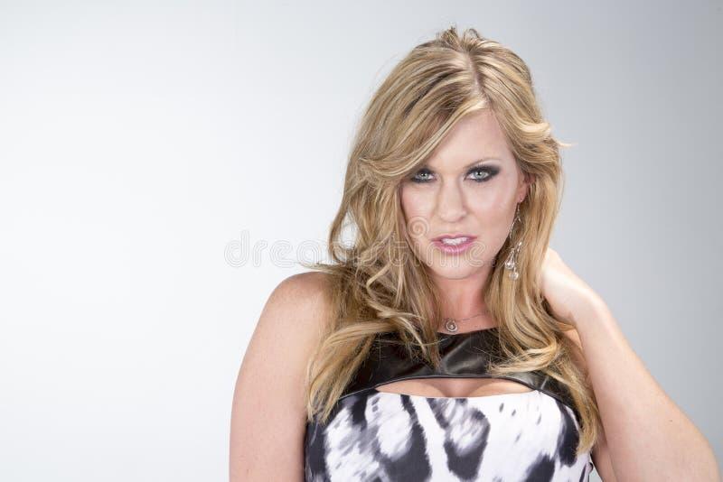 Une femme sexy dans la robe noire et blanche images libres de droits
