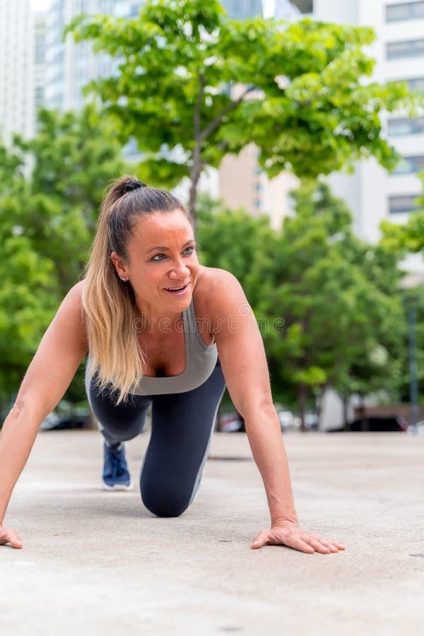 Une femme sportive faisant des poussées dans le parc photo libre de droits