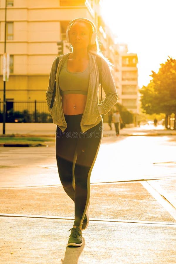 Une femme sportive marchant dans la rue images libres de droits