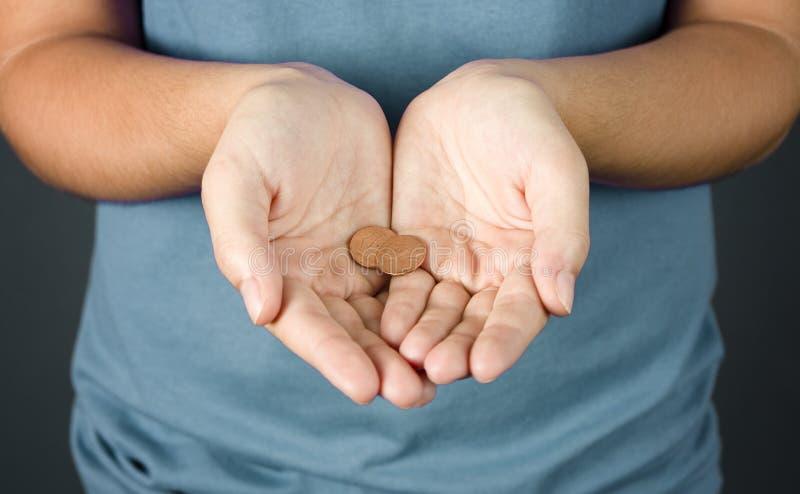 Une femme tenant deux penny images stock