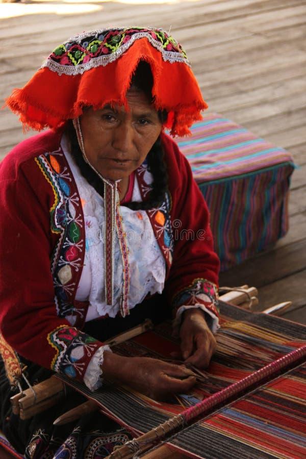 Une femme tisse le tissu images stock