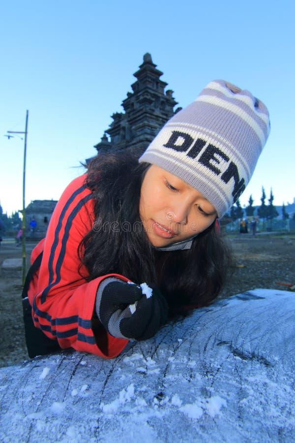 Une femme touche les upas ou la neige d'embun images stock