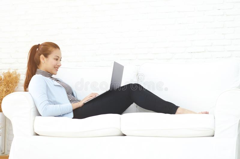 Une femme travaillant dans sa chambre images libres de droits