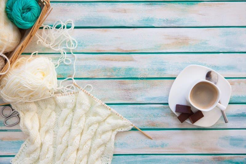 Une femme tricote un tissu tricoté par blanc de fil de laine Ne de tricotage photos libres de droits