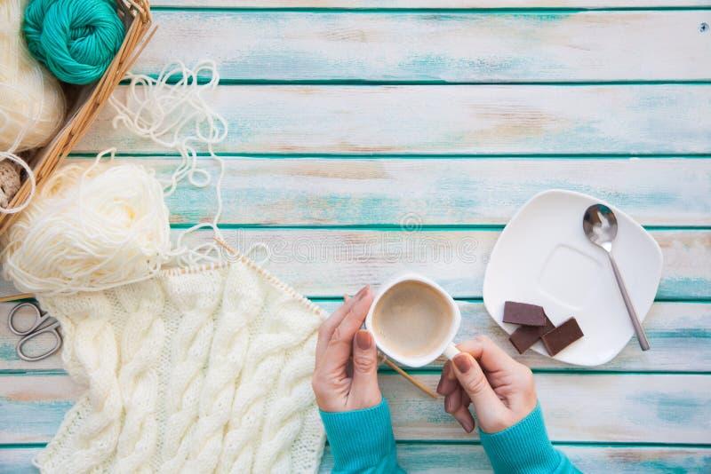 Une femme tricote un tissu tricoté par blanc de fil de laine Ne de tricotage image stock