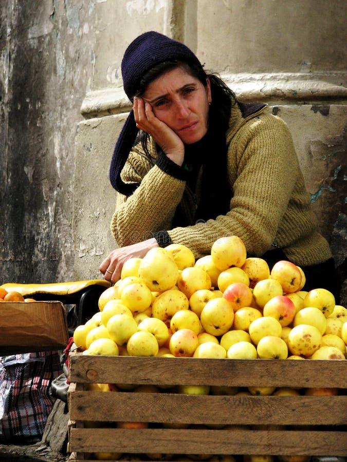 Une femme vend des pommes sur les rues de Batumi, la Géorgie photo stock