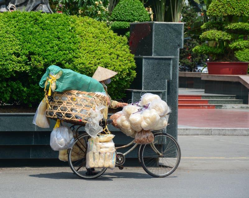 Une femme vendant les fruits locaux devant le monument photo libre de droits