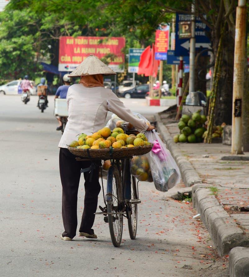 Une femme vendant les fruits locaux sur la rue photos libres de droits