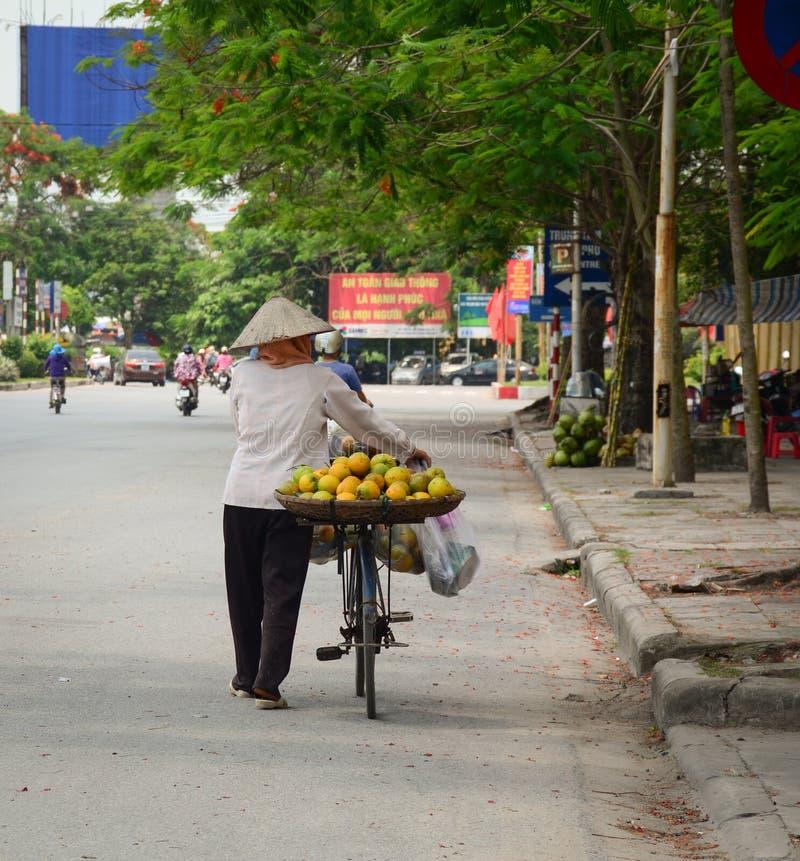 Une femme vendant les fruits locaux sur la rue photo libre de droits