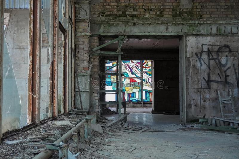 Une fenêtre en verre teinté reste intact dans un restaurant abandonné dans Pripyat, Ukraine, près de Chernobyl images libres de droits