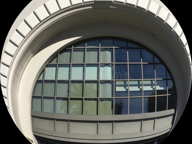 Une fenêtre est pour regarder, ou peut être pour regarder à l'avenir photos libres de droits