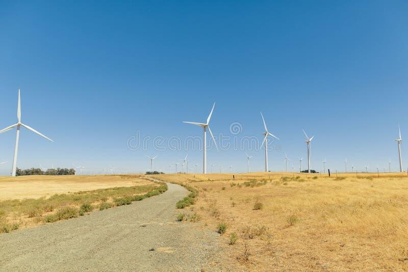 Une ferme de vent avec le ciel bleu en Californie image libre de droits