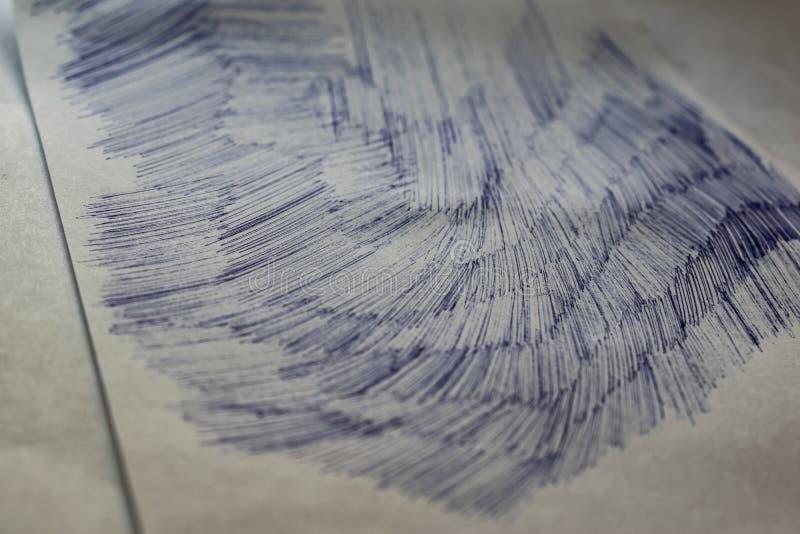 Une feuille de livre blanc avec les courses sales peintes, un stylo bille bleu Fond brouill?, profondeur de champ Disque tiré photographie stock
