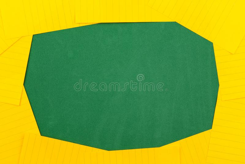Une feuille orange de mensonges de papier sur un conseil p?dagogique vert constituant un cadre pour le texte L'appartement de l'e image libre de droits