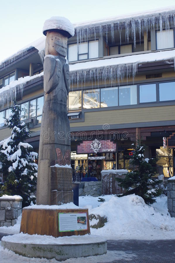 Une figure bienvenue au village commun dans Whistler photos stock