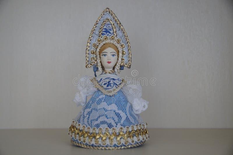 Une figurine d'une jeune fille russe de neige photos stock