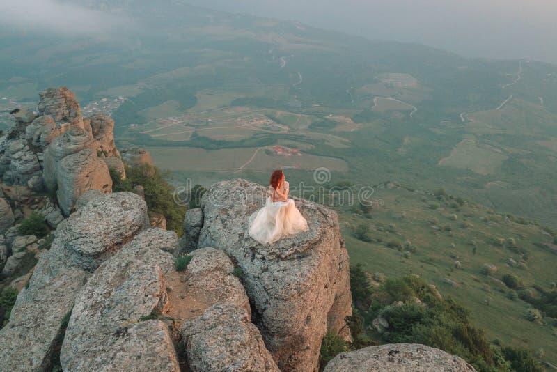 Une fille admirant l'aube ou le coucher du soleil du soleil dans un p pittoresque photo stock