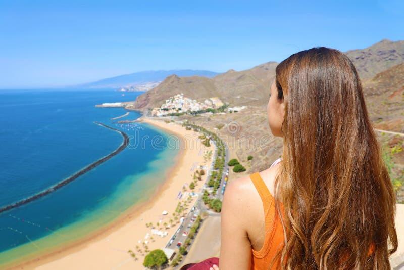 Une fille admirant le paysage stupéfiant sur l'île de Ténérife Vue du dos photographie stock