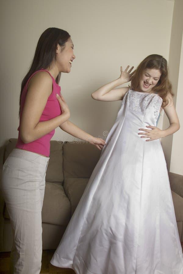 Une Fille Affiche à Son Ami Sa Robe De Mariage Photo libre de droits