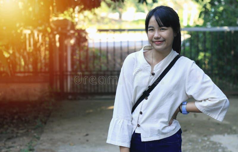 Une fille asiatique mignonne se tient en position différente images stock