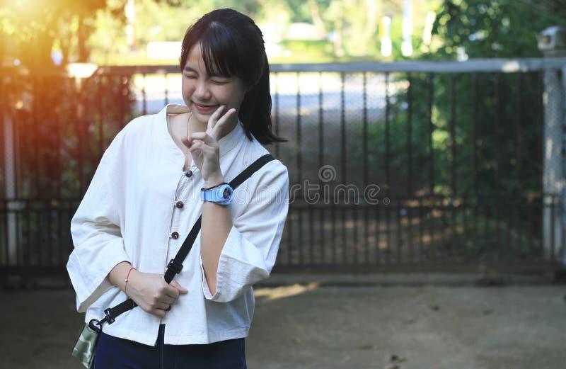 Une fille asiatique mignonne se tient en position différente photographie stock libre de droits