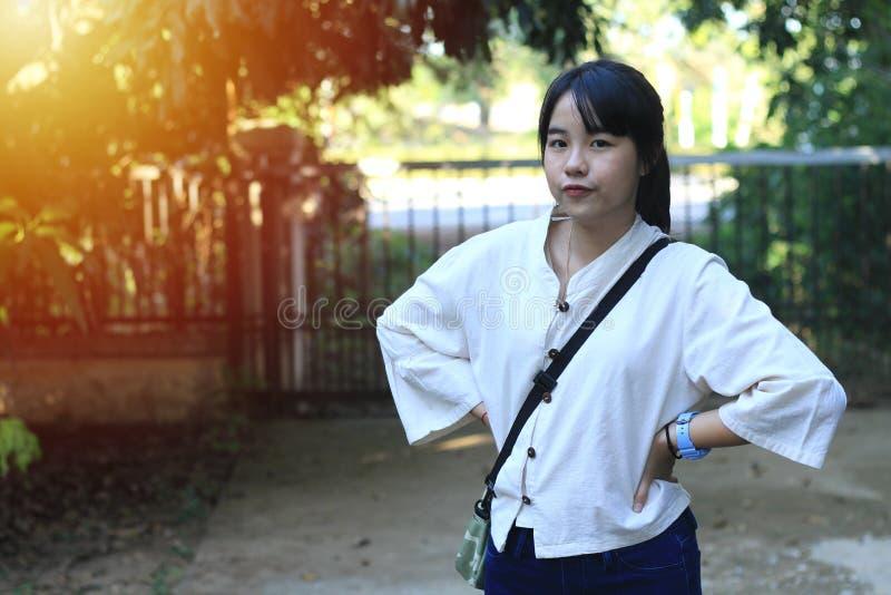 Une fille asiatique mignonne se tient en position différente photographie stock