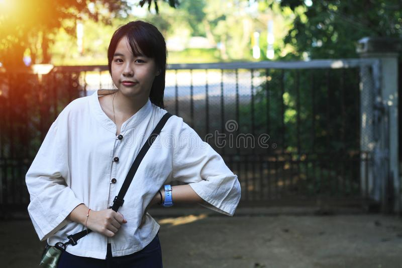 Une fille asiatique mignonne se tient en position différente image stock