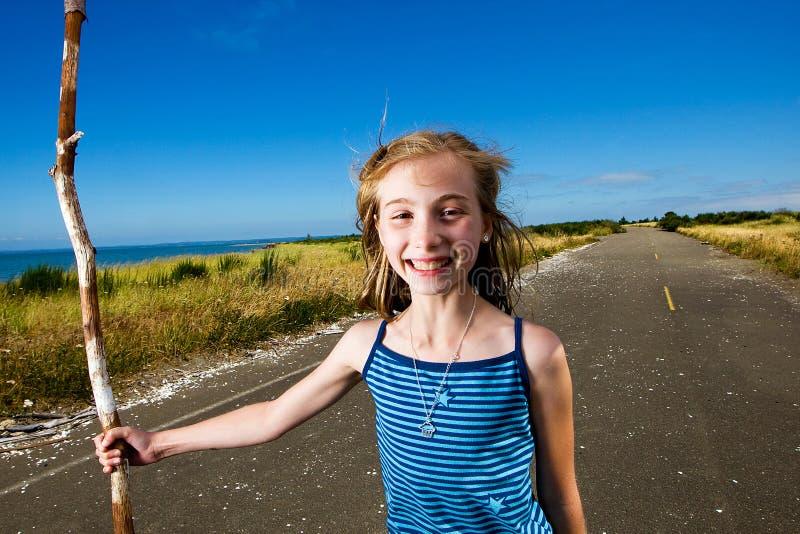 Une fille assez jeune sur une route de campagne tranquille image libre de droits