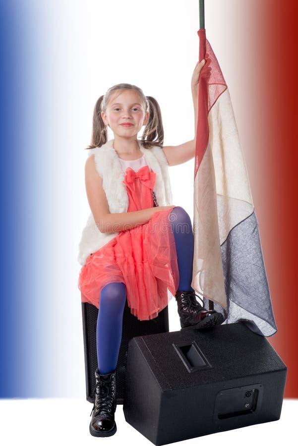 Une fille assez petite avec un drapeau français photo stock
