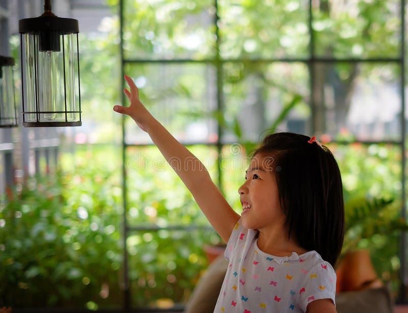 Une fille atteignant pour une lanterne image libre de droits