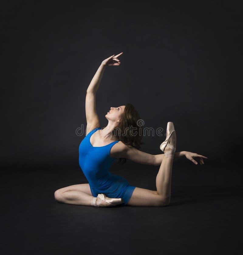 Une fille avec de longs cheveux, dans une robe bleue et des chaussures de Pointe, ballet de danse image stock