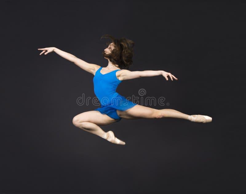 Une fille avec de longs cheveux, dans une robe bleue et des chaussures de Pointe, ballet de danse images stock